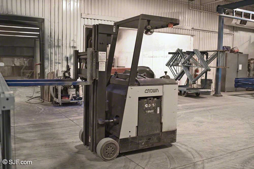 Bendi Swivel-Front Narrow Aisle Forklift Truck - Side view